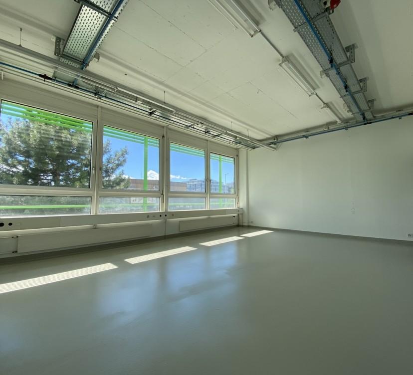 Surface commerciale de 102 m2, modulablesRetail area of 102 m2, modular